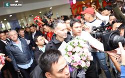 Ryan Giggs và Paul Scholes đặt chân xuống Hà Nội, tươi cười chào fan Việt
