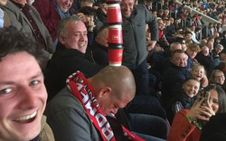 Xem đội nhà thi đấu, fan Man United ngủ quên trên khán đài