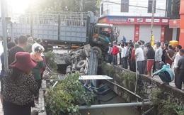 Xe tải lớn đâm xe tải nhỏ văng xuống kênh khiến 1 tài xế tử vong