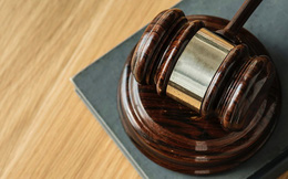 Luật sư 41 tuổi gây sốc khi đâm đơn kiện cha mẹ ruột, đòi chu cấp vô thời hạn
