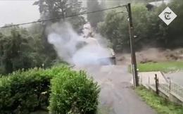 Video: Cây cầu sụp đổ, phát nổ trong dòng lũ siết ở Pháp