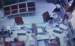 CLIP: Cô gái bạo gan cướp 2,1 tỉ đồng tại Techcombank Tân Phú, TP HCM