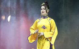 Á hậu Lý Kim Thảo xuất hiện xinh đẹp, diễn mở màn cho BST của NTK Nhật Dũng