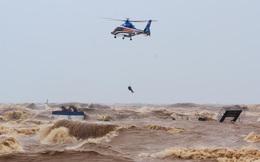 24h qua ảnh: Trực thăng giải cứu thuyền viên khỏi tàu đắm ở Việt Nam