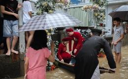 Đám cưới mùa mưa lũ ở Huế: Rước dâu bằng ghe và xe ben, khách mời xắn cao ống quần, lội nước tới chung vui
