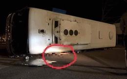 Xe khách lật nghiêng sau va chạm với xe tải, nhiều người thương vong