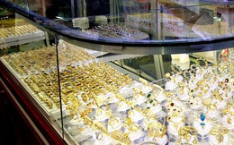 Truy bắt gã thanh niên bất ngờ lao khỏi tiệm vàng ở Bình Chánh