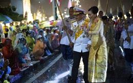 Nhà vua Thái Lan vẫy chào người dân dưới mưa dù biểu tình lan rộng