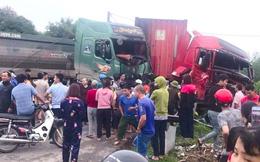 Xe container và xe ben nát đầu sau tai nạn