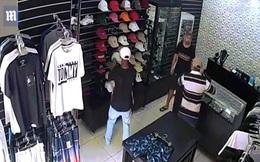 Brazil: Chủ cửa hàng một mình đấu súng ác liệt với 3 tên cướp và kết cục bất ngờ