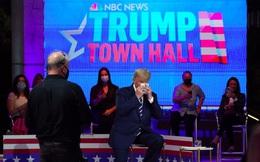 Ông Trump vấp phải nữ MC 'khó nhằn'