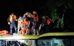 Cứu sống 18 người trên xe khách bị lũ cuốn trôi lúc nửa đêm