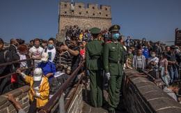 24h qua ảnh: Đám đông chen chúc thăm Vạn Lý Trường Thành ở Trung Quốc