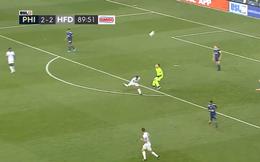 VIDEO: Ném bóng cẩu thả, thủ môn kiến tạo cho đối thủ lập siêu phẩm móc bóng kiểu bọ cạp, giành chiến thắng phút 90