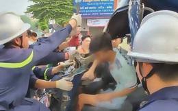 Cưa ca bin cứu lái xe mắc kẹt sau tai nạn giao thông ở Hà Nội