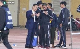 Biểu cảm thú vị của bầu Hiển khi xuống sân chúc mừng chiến thắng nhọc nhằn của CLB Hà Nội