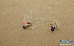 'Săn cá' ngày mưa lũ, hiểm nguy rình rập