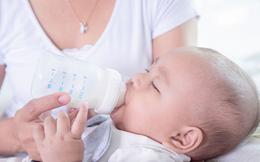 Vụ bình pha sữa giải phóng hàng triệu hạt vi nhựa, nhiều bố mẹ 'rụng rời chân tay': 4 bước cần lưu ý