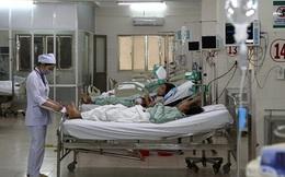 """""""Nữ quái"""" đánh nhân viên bệnh viện rồi… cắn tay cán bộ công an"""