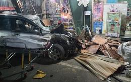 Tai nạn liên hoàn sau cú nổ lớn, ô tô 7 chỗ lao thẳng vào nhà dân, ít nhất 2 người tử vong