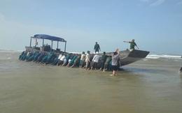 Tàu gỗ không người, không số hiệu trôi dạt vào bờ biển Quảng Trị