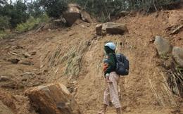 """Người dân Quảng Trị nín thở đi dưới khối đá nặng 30 tấn """"lộ"""" ra sau mưa lũ"""