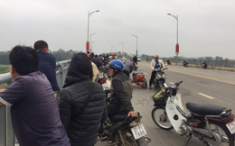 Nam thanh niên chạy xe ra giữa cầu rồi lao xuống sông tự tử, nhiều người không kịp can ngăn