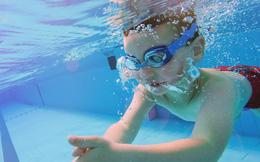 Con gái đi học bơi về viết cho mẹ lời nhắn khiến mẹ rụng rời và gọi cảnh sát ngay lập tức