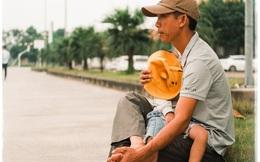 Người cha vừa ru con nhỏ vừa dõi theo con lớn nhập học: Bố mẹ vẫn luôn chờ đợi chúng ta như thế!