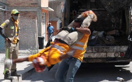 Clip: Hai người đàn ông Mexico biểu diễn đấu vật tự do trên đường phố