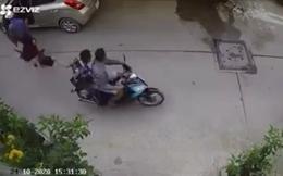 Bắt 2 thiếu niên cướp túi xách, kéo người phụ nữ té đập đầu xuống đường ở Sài Gòn