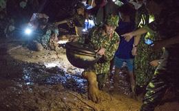 Bộ đội xuyên đêm băng rừng, vượt bùn lầy ngập nửa người để tiếp tế lương thực cho Trà Leng