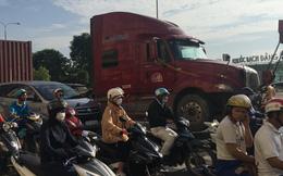 Nằm dưới gầm xe tải để sửa chữa phương tiện, tài xế bị xe container tông tử vong ở Sài Gòn