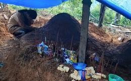 Nữ sinh Quảng Nam gục khóc bên mộ cha mẹ sau vụ sạt lở, nhà trường chia sẻ hoàn cảnh đau lòng