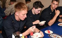 Cựu binh hé lộ hình ảnh bữa ăn tệ hại của lính Mỹ trên tàu chiến