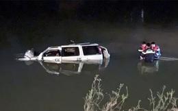 """Nhân chứng vụ ô tô 7 chỗ đâm xe máy rồi lao xuống sông ở Nghệ An: """"Khi đưa được xe lên bờ thì cả 3 đã tử vong"""""""