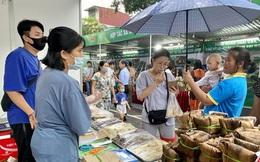 Cuối tuần, người dân Hà Nội 'đội mưa' đi mua đặc sản