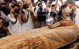 Các nhà khảo cổ Ai Cập mở nắp quan tài chứa xác ướp vẫn còn nguyên vẹn sau 2.500 năm