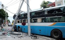 Lâm Đồng: Xe khách tông gãy cột điện, dập nát phần đầu