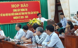 Đại hội Đảng bộ tỉnh Phú Yên tặng... cặp giấy cho đại biểu