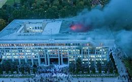 Nhà Trắng Kyrgyzstan cháy dữ dội, bị người biểu tình chiếm đóng