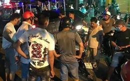 Đi xe máy chở nhiều xác chó, hai thanh niên bị người dân vây bắt, 1 người bị đánh nhập viện ở Sài Gòn