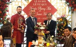 Đại sứ Anh làm chủ hôn cho đám cưới của cô phóng viên Việt và chàng trai Tây