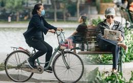 Chùm ảnh: Tiết trời se lạnh, người Hà Nội khoác thêm áo ấm, hưởng trọn không khí mát lành của mùa Thu