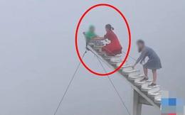 """Thót tim cảnh người lớn để con nhỏ ngồi chụp ảnh ở """"cầu thang vô cực"""""""