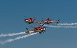 24h qua ảnh: Máy bay trực thăng nhào lộn đẹp mắt trên bầu trời