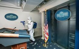 Làm việc giữa 'ổ dịch' COVID-19, nhân viên Nhà Trắng phải mặc áo bảo hộ