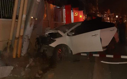 Bị truy đuổi, nhóm trộm lái xe ô tô tông gãy cột điện ở Sài Gòn