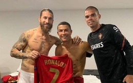 """Ronaldo """"hớn hở"""" trong ngày tái ngộ Ramos sau hơn 2 năm"""