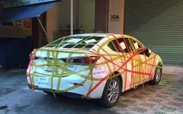 """Ô tô bị """"niêm phong"""" chằng chịt, người dán giấy viết đúng một câu nhưng khiến chủ xe thấy """"nhột"""""""